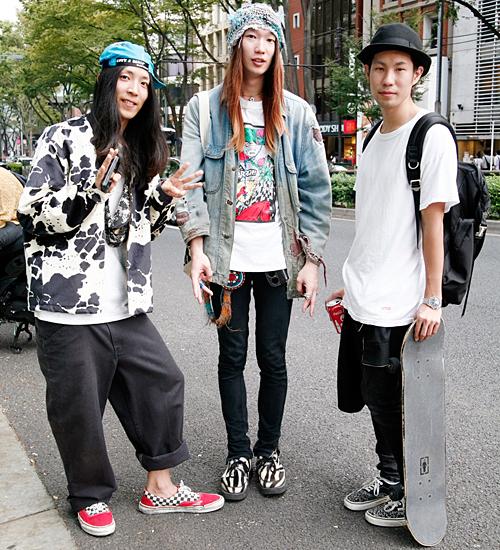 2011年10月・原宿の定点観測より。90年代のストリートカルチャーに憧れて半年前にスケートを始めたというアラウンド90年生まれの3人組。左の男の子はスケートボードを